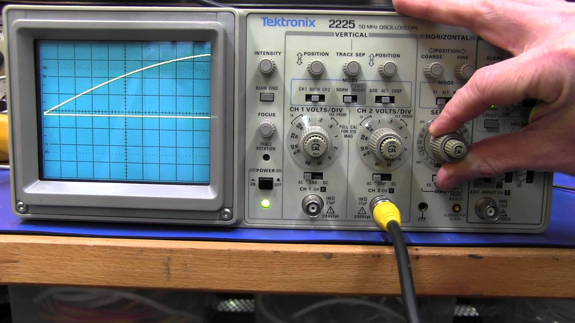EEVblog #196 – Tektronix 2225 Analog Oscilloscope